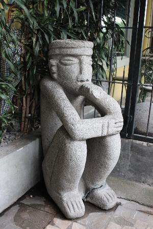 Hotel Don Carlos: Statue
