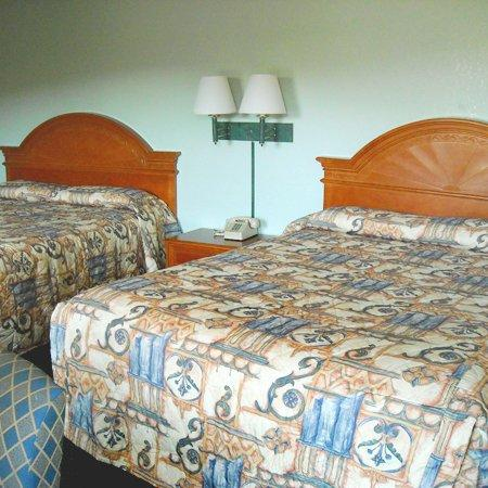 Whispering Pines Motel: Guest Room