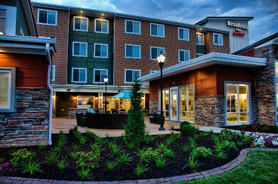 Residence Inn by Marriott Springfield South: Courtyard