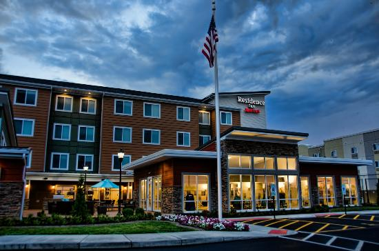 Residence Inn by Marriott Springfield South: Exterior at night