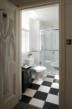 Villa at Henrietta Park: Shower Room