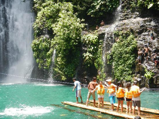 Iligan, Filipinas: Riding the raft to get close to it.