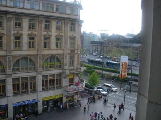 Frankfurt Hostel: View of Train station from Hostel