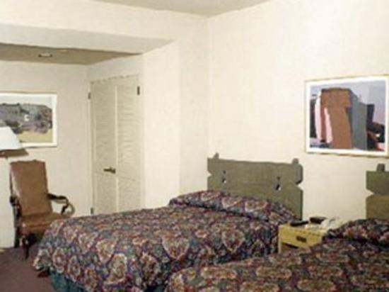 Clocktower Inn Hotel: Two-bed bedroom