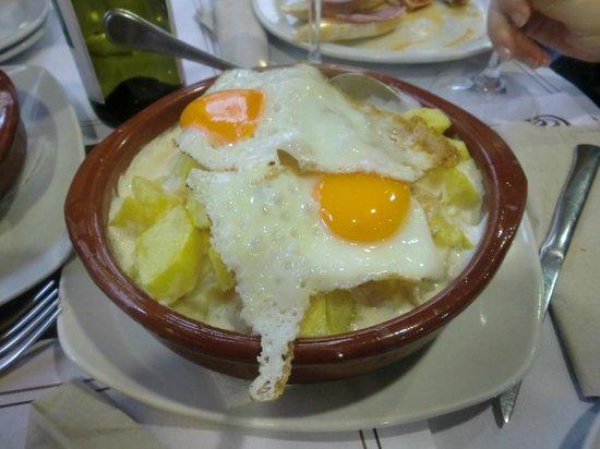 Vilagarcía de Arousa, España: Las patatas mimosas en el momento de servirlas