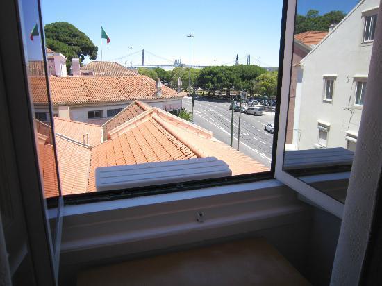 Pensao Residencial Setubalense : Vistas desde nuestra habitación, al fondo puente 25 de abril.