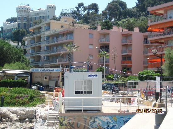 La costruzione rosa è l'hotel Alexandra.