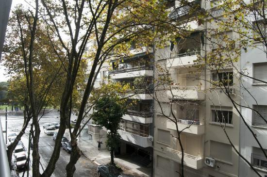 Awwa Suites & Spa: Rua vista da sacada do apartamento. Ao fundo a Av. Del Libertador