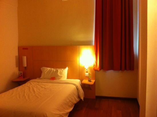 Ibis Shanghai Xujiahui: double bed in the room