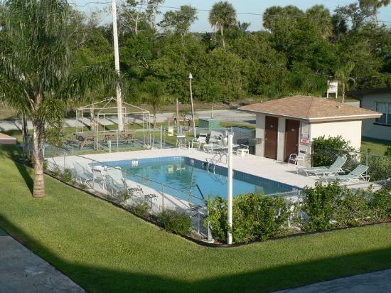 Sandrift Motel: Pool View