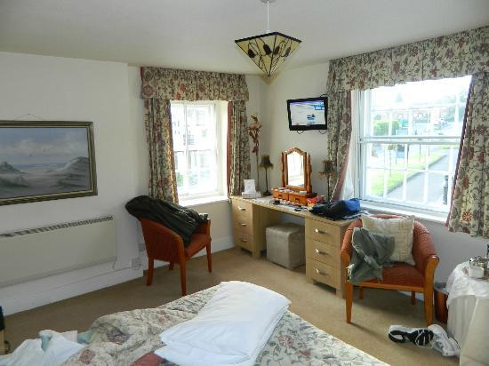 The Gaskell Arms Hotel: Other side of bedroom. Windows let in a lot of light!