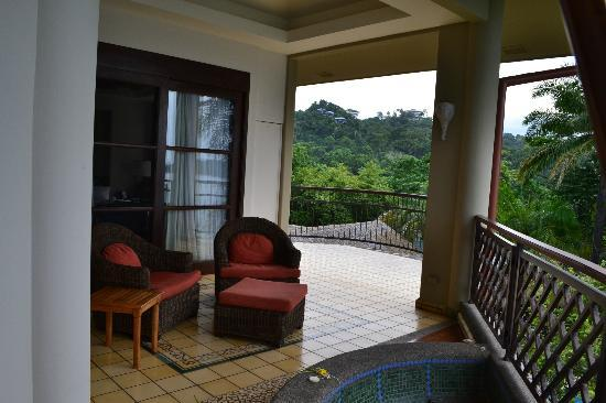 Arenas del Mar Beachfront & Rainforest Resort : balcony with jacuzzi