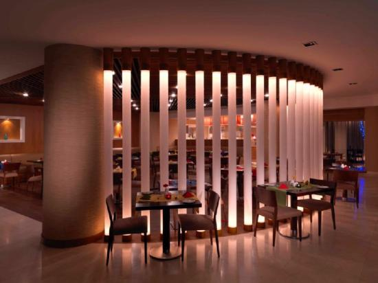 Park Inn by Radisson Al Khobar : Restaurant Evening