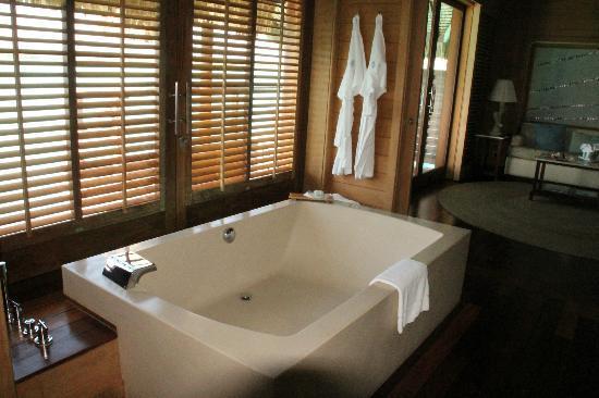 Four Seasons Resort Bora Bora: baño relajante