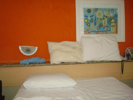 Hotel Beach Hills: COMPARAÇÃO DO TRAVESSEIRO COM FRONHA E SEM
