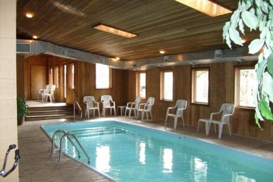 Arapahoe Ski Lodge: Pool View