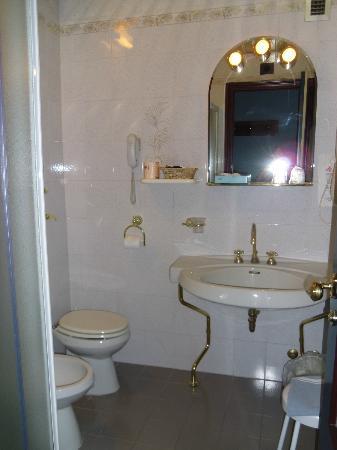 Hotel Bocconi: baño