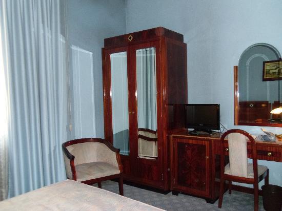 Hotel Bocconi: armario y mostrador