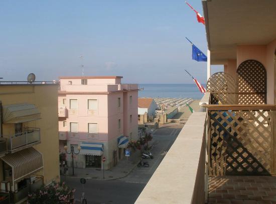 Lola Piccolo Hotel: Вид на пляж