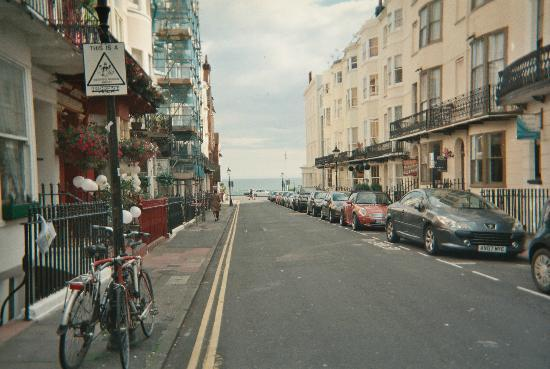 ‪‪Grey's Hotel‬: view of street to seafront from front of b&B