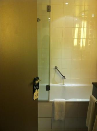 Novotel Convention & Wellness Roissy CDG: The bathtub