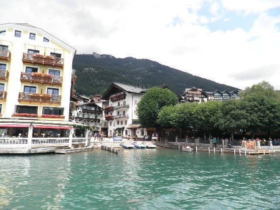 Seebockenhotel Zum Weissen Hirschen: Right on the lake! (hotel on right)