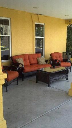 La Quinta Inn & Suites Cookeville: Seating area outside by main entrance - very inviting!