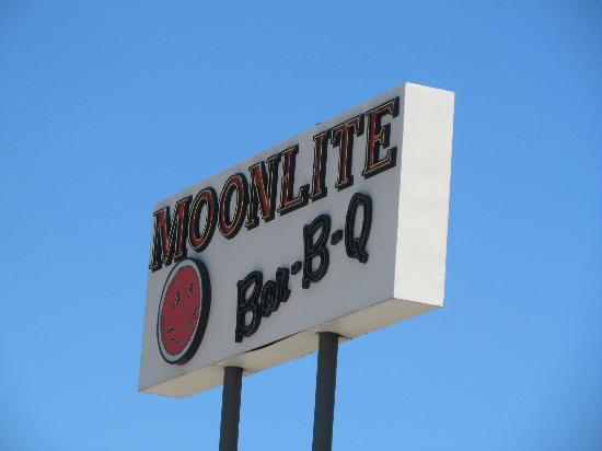 Moonlite Bar-B-Q Inn: Road sign