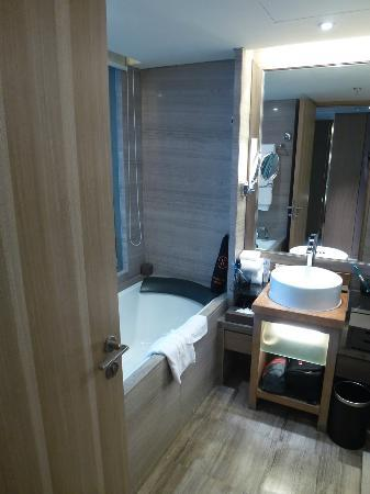 Pullman Xiamen Powerlong: Bathroom with bathtub and...