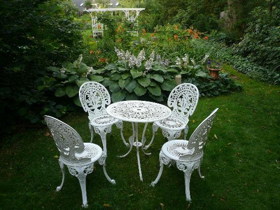 Le Vatout Bed and Breakfast: Hosta garden