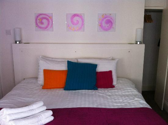 One Broad Street Guesthouse: Massive bed and fluffy towels