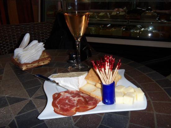 Wine de Vine: Yummy Tidbits of Prosciutto & Cheese