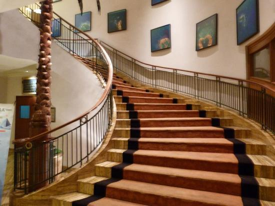 Hotel Grand Candi Semarang: Staircase