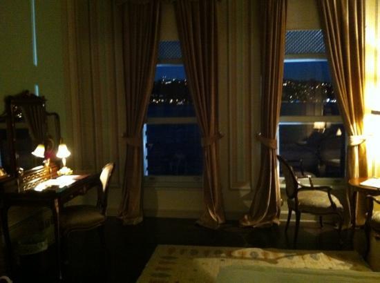 Bosphorus Palace Hotel: rm 24 at night looking at the panorama.