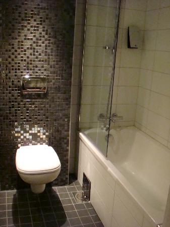 Clarion Hotel Ernst: Bathtub and the toilet