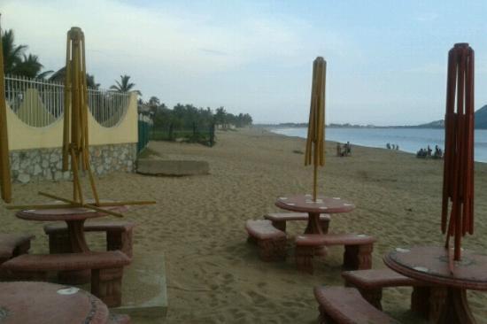 Hotel San Felipe: La zona de playa destruida, ninguna sombrilla esta completa
