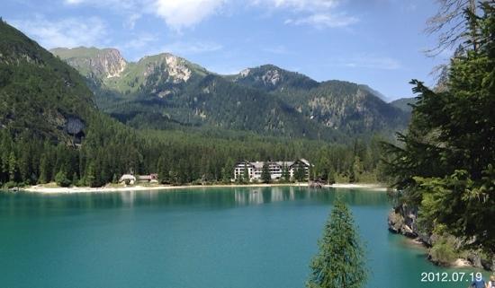 Hotel Pragser Wildsee: per fortuna in lontananza