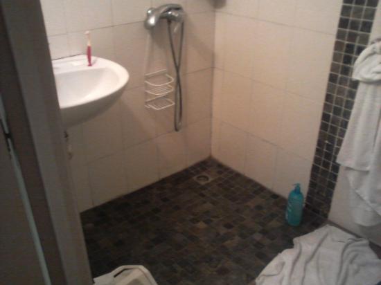 Alize Plage: Salle de bain peu spacieux