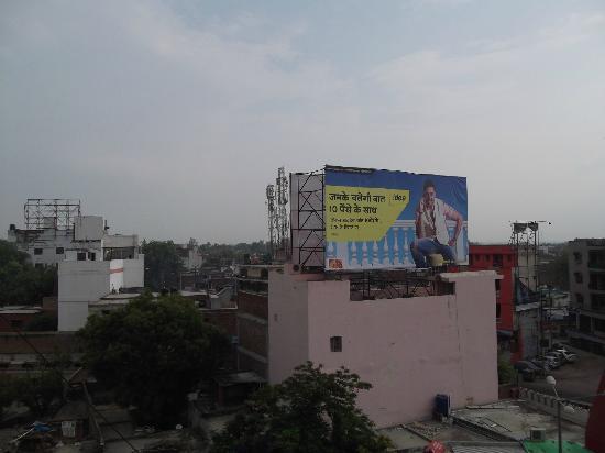 Hotel Taj Inn: Actual rooftop restaurant view.