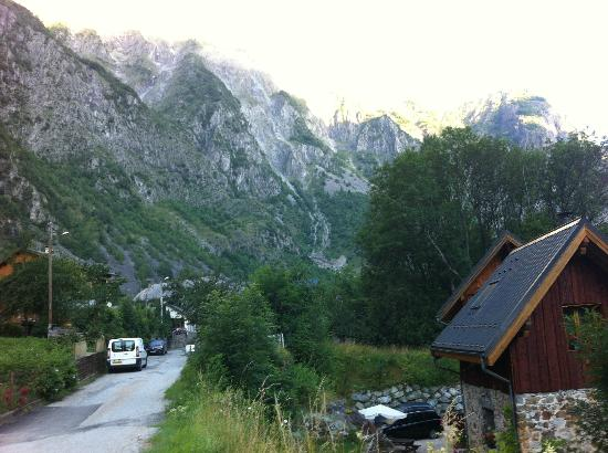 Ecrins Lodge : view from street above
