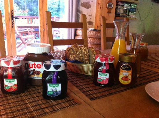 Ecrins Lodge : breakfast jams, etc