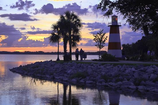 Mount Dora Historic Inn: Lake Dora Lighthouse about three blocks away