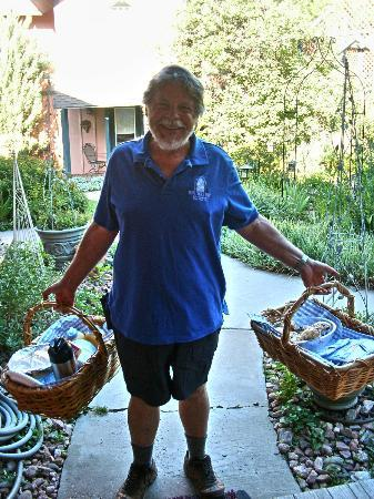 Blue Skies Inn Bed and Breakfast Hotel: Innkeeper Mike delivering our 'picnic breakfast'