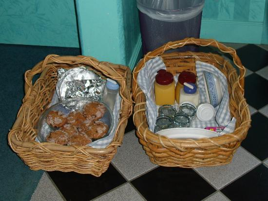 Blue Skies Inn Bed and Breakfast Hotel: 'picnic breakfast' delivered to our door!