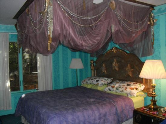 Blue Skies Inn Bed and Breakfast Hotel: Canopy bed in 'Deep Blue'