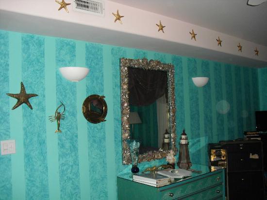 Blue Skies Inn: pretty decorations in 'Deep Blue'