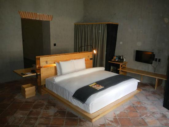 Hotel Downtown Mexico: Nice sized bed, very clean, facing the small deck