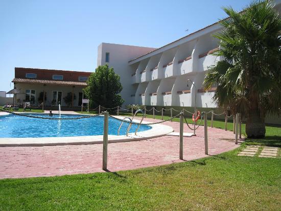 La piscina del hotel no muy grande pero coqueta bild for Piscina pradillo