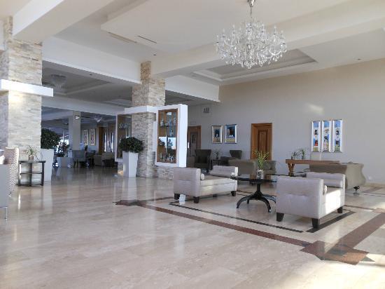 Asterias Beach Hotel: hotel lobby