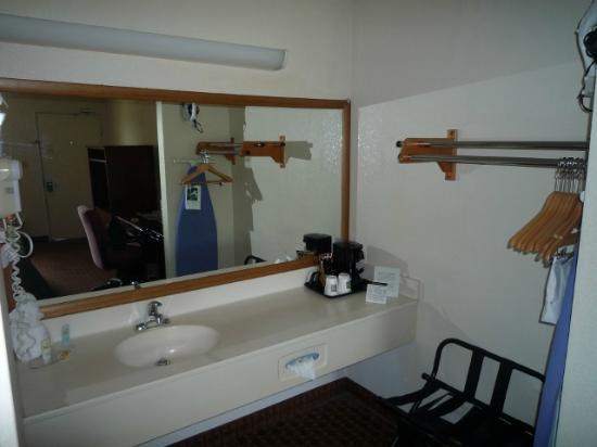 Quality Inn Goose Creek: Waschplatz & Kleiderablage (inkl. Safe)